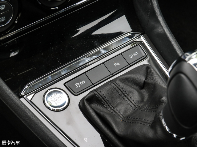 朗逸全系标配ESP车身稳定控制系统、上坡辅助、胎压监测、倒车雷达等功能,安全配置方面标配主/副驾驶座安全气囊、儿童座椅接口。部分高配车型还配备了无钥匙启动/进入系统、真皮多功能方向盘、定速巡航、5英寸彩色触摸屏(可选装GPS导航和倒车影像)等,在舒适性方面有自动空调、皮革座椅等配置。