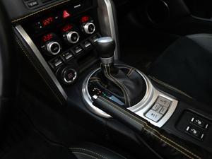 2017款2.0i 自动type-RS黄色特装版 变速挡杆