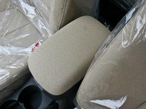 2011款1.6L 手动舒适版 前排中央扶手