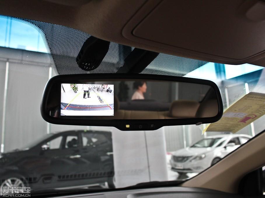 【朗动的倒车影像功能被集成在内后视镜上】