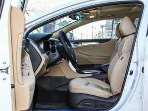 2014款2.0L hybrid 前排空间