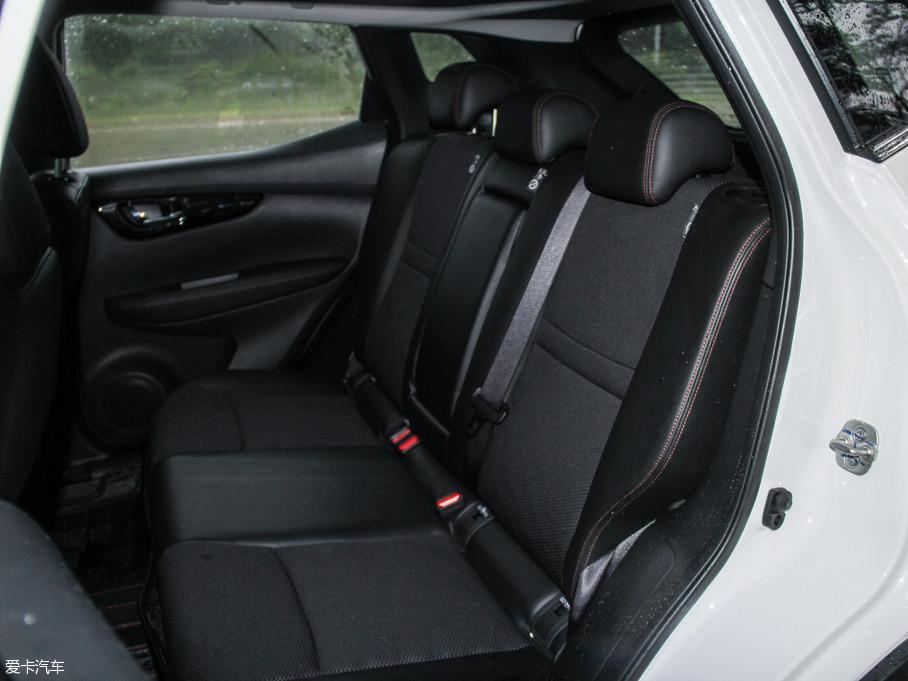 后排座椅的坐垫长度设计大小适中很舒适,即便是长途乘坐也不会感觉过于疲劳。