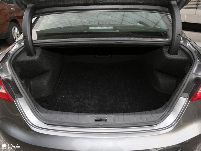 凭借车身尺寸的优势,西玛的行李厢容积达到了561L,领先于其他对比车型,并且内部布置十分规整。