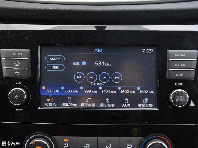 三辐式多功能方向盘造型较为普通,仅左侧配备了多功能按键,可操控行车