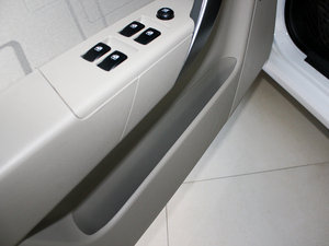 2010款1.6L 手动魅动版 车门储物空间
