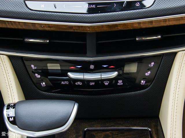 安全配置方面,领先型及铂金版车型分别装配了360°倒车影像、360°驻车监视安保功能、行车智能记录系统、前排膝部安全气囊以及360°全模式智能自动泊车系统。而全彩HUD飞航显示仪及鹰眼智能红外夜视系统更是装配在了顶配铂金版车型上。