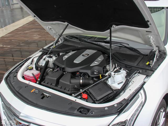 动力系统方面,凯迪拉克CT6分别搭载2.0T及3.0T发动机,其中2.0T涡轮增压发动机最大输出功率203kW(276Ps),峰值扭矩为400Nm。另一台3.0T V6双涡轮增压发动机输出功率将达到298kW(405Ps),峰值扭矩为543Nm。传动部分,与之匹配一台8速手自一体变速箱。