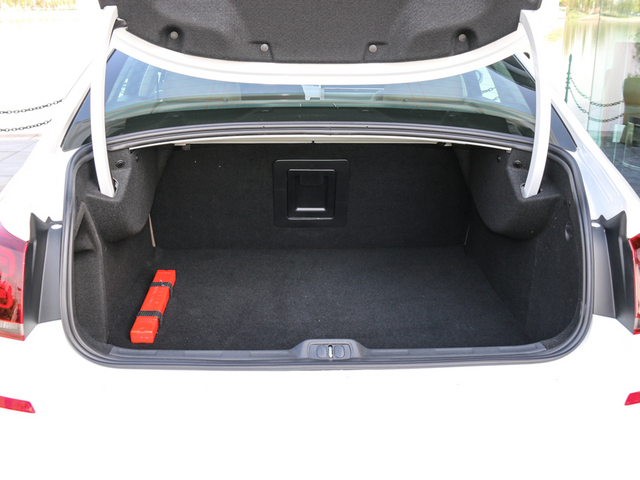 439L的常规行李厢容积中规中矩,并且有着较为平整的地板。不过,由于后排座椅不支持放倒,因此在空间延展性上稍显不足。