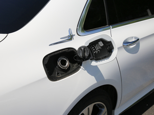 2019款E 260L 运动型 油箱盖打开