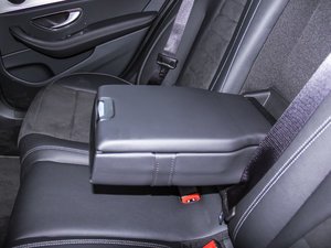 2017款E 200 运动版 后排中央扶手