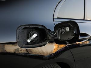 2018款E 200 运动版 油箱盖打开