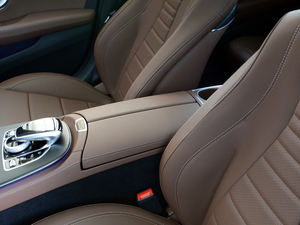 2018款改款 E 300 L 运动豪华型 前排中央扶手