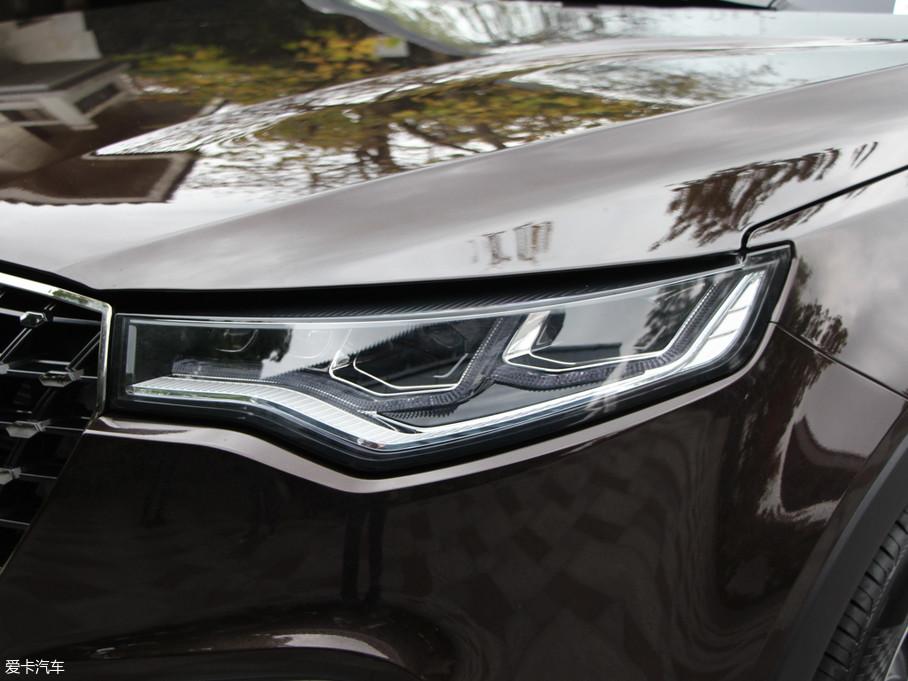 贺岁版车型上标配LED光源自动大灯,同时带有随动转向功能。日间行车灯自然也是它的标配。