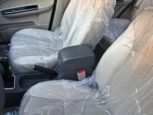 2011款领航版 1.3L 舒适型 前排中央扶手