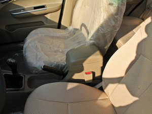 2011款1.3L 舒适版 前排中央扶手