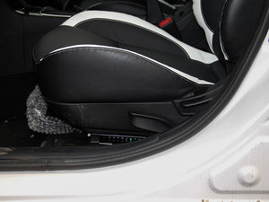 2016款1.8L MT黑白复刻版 座椅调节