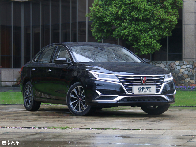 外观上,荣威ei6延续了荣威RX5和荣威eRX5之间的变化规律。荣威ei6更加时尚、线条优雅,整车像一幅曼妙的山水画,没有多一笔也没有少一笔,没有许多中国品牌的突兀感。