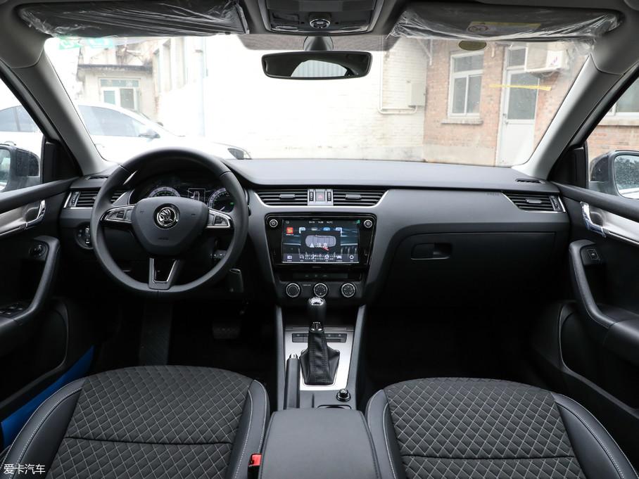 内饰方面,明锐采用左右对称的T字形中控台,操控方式主要为旋钮和按键,保证了行车安全性 。大量平直线条的使用也使内饰更加简洁大气。三辐式方向盘握感则一如既往的优秀。