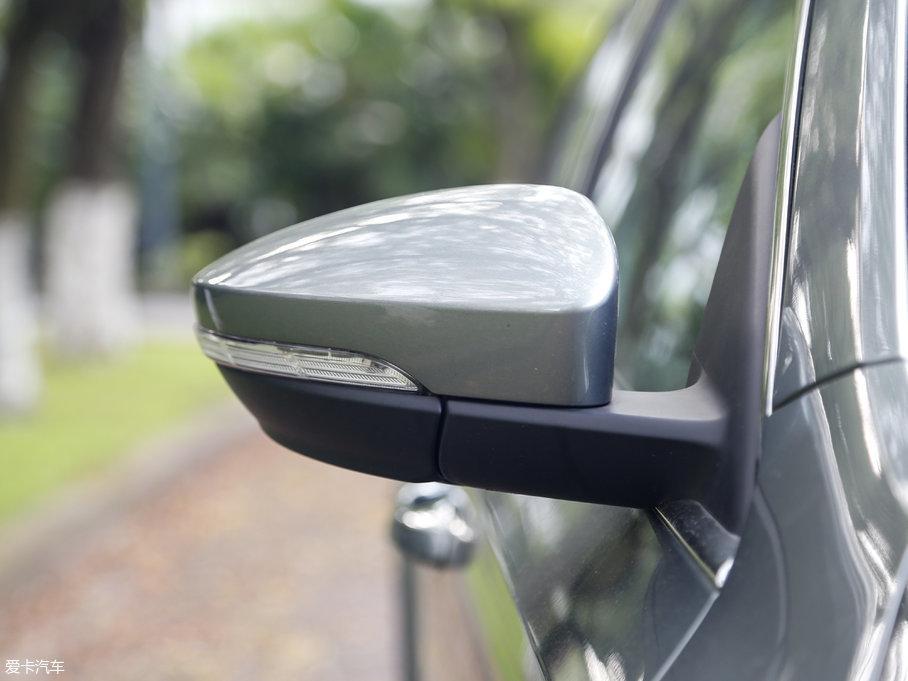 明锐旅行车的后视镜集成了转向灯设计,并且后视镜还采用了与车身同色设计,具有电动调节、电动折叠、加热等功能。