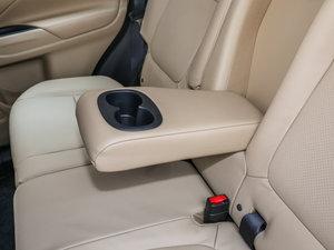 2016款2.4L 四驱7座尊贵版 后排中央扶手