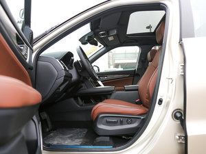 2017款370TURBO 四驱尊耀版 前排空间