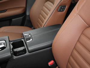 2017款370TURBO 四驱尊耀版 前排中央扶手