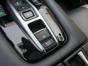 2017款370TURBO 四驱尊耀版 驻车制动器