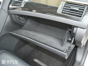 体验者身高为186cm,坐在西玛的驾驶位并将座椅调至最低后,头部空间剩余两指的距离。