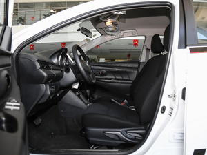 2018款1.5E CVT冠军限量版 前排空间