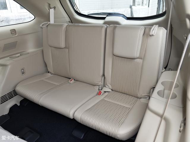丰田汉兰达座椅的舒适性不错,车内的驾乘空间上与福特锐界相比也并没有太大的差距,第二排和第三排都有不错的头部和腿部空间。