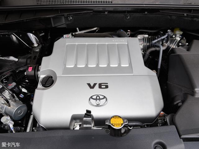 本次进行对比的汉兰达 3.5L 七座四驱精英版搭载了一台3.5L自然吸气发动机,其最大功率为201kW(273Ps)/6200rpm,最大扭矩为337Nm/4700rpm。