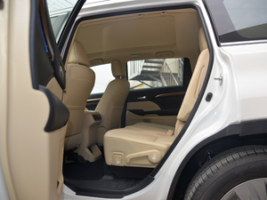 2018款2.0T 四驱至尊版 7座 后排空间