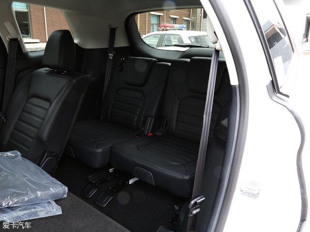 车内的空间方面,福特锐界无论是前排座椅还是第二排座椅的头部腿部空间都表现的足够宽裕,而令人关注的第三排座椅,腿部空间基本能够满足正常乘坐。