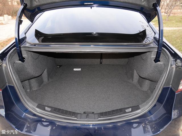 新蒙迪欧的行李厢,在常规状态可提供516L容积,在后排座椅按4/6比例放倒后,容积最大可扩充至986L。