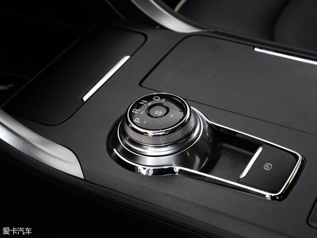 与之相匹配的传动系统,为一台6挡手自一体变速箱。