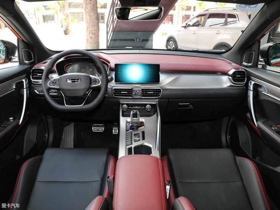 缤越采用了翼展式科技座舱设计,整体内饰风格大气时尚。黑/红双色搭配的设计颇具前卫感,搭配贯穿中控台的大面积哑光金属拉丝饰板,营造出动感时尚的内饰氛围。