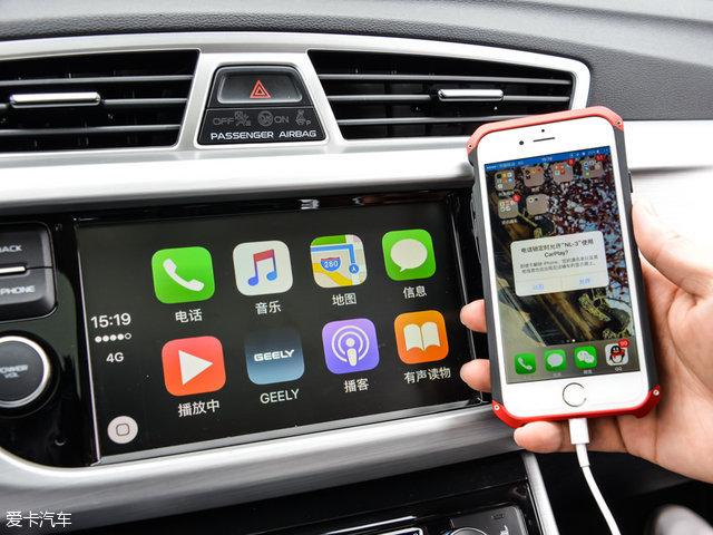 细节设计方面,三辐式多功能方向盘搭配了镀铬装饰条,中控采用7英寸触摸屏,同时支持苹果CarPlay系统,搭载全新车载互联系统无疑使得该车在智能应用方面有了一定突破。