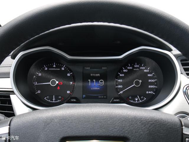 配置方面,帝豪GL标配无钥匙进入、一键启动、真皮方向盘、3.5英寸行车电脑显示屏等功能,而其他高配车型上,会分别配备多功能方向盘、自动恒温空调、中控台液晶屏、座椅加热等实用配置。