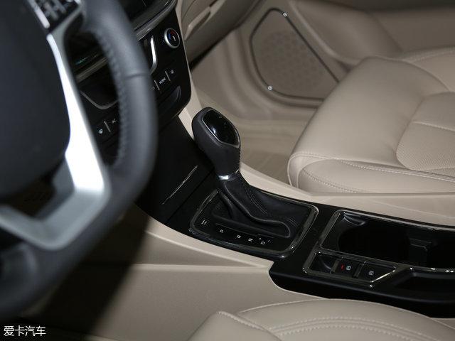 传动系统方面,与1.5L车型匹配的是5挡手动或CVT无级变速箱,优点是具有良好的经济性和驾驶平顺性。工信部测定的油耗同样为5.7-5.9L/100km。
