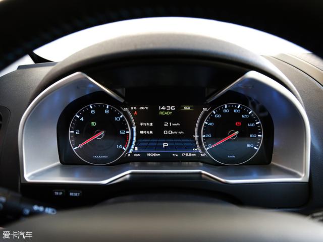 反观帝豪ev300,仪表盘上保留了电动汽车并不需要的转速表,会给初上手