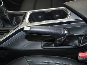2018款1.8L 手动精英智联型 驻车制动器