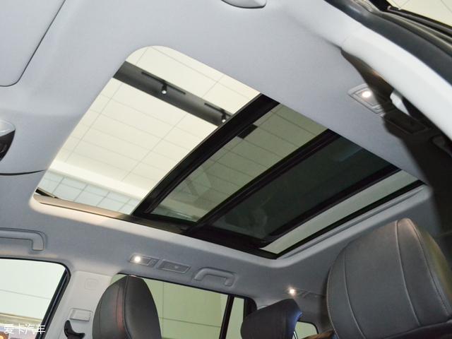 配置方面,传祺GS8亮点配置主要有矩阵式LED大灯(带转角辅助LED灯)、超大尺寸全景天窗、真皮多功能方向盘+方向盘电动加热功能、双区独立自动空调、10寸全彩中控屏、北斗/GPS双模式3D语音导航+语音控制系统、Carplay&Carlife智能手机互联系统+手机无线充电功能等配置。