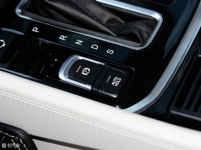 动力方面,传祺GS8搭载了广汽自主研发的2.0T发动机,最大输出功率148kW(201Ps),峰值扭矩300Nm。传动部分,与之匹配一台6速自动变速箱,并配备了i-4WD四驱系统和ATS全地形反馈系统。