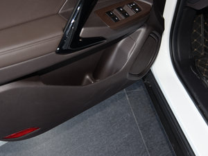 2017款235T 自动两驱尊贵版 车门储物空间