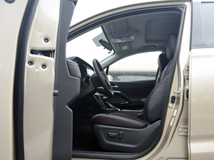 2018款235T 自动两驱豪华智联版 前排空间