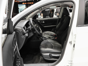 2019款EV400 尊享型 前排空间