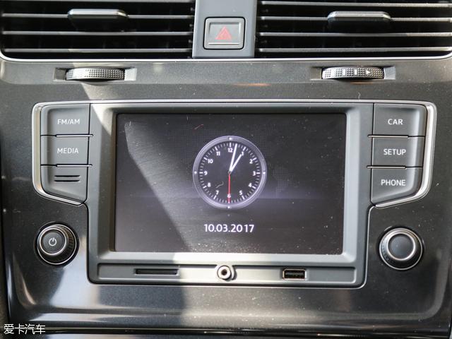 高尔夫1.6L自动舒适百万辆纪念版作为高尔夫车系的低配车型,配备了5.8英寸的彩色中控屏幕,并且还有液晶行车电脑、电子手刹、自动驻车等较为高端的配置,在低配车型中,有着不错的档次感。