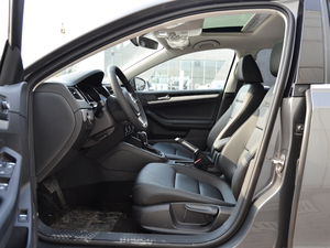 2018款1.6L 自动舒适型 前排空间