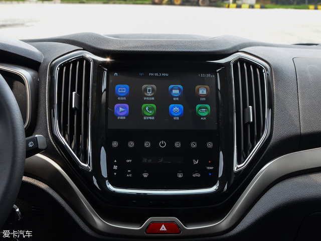 内饰方面,长安CX70整体中控台造型设计较为简洁,内饰配色采用了深黑色调面板搭配棕色皮质座椅的混搭设计。而最为耀眼的当属集成了娱乐及空调控制系统的10英寸可触摸中控液晶屏。