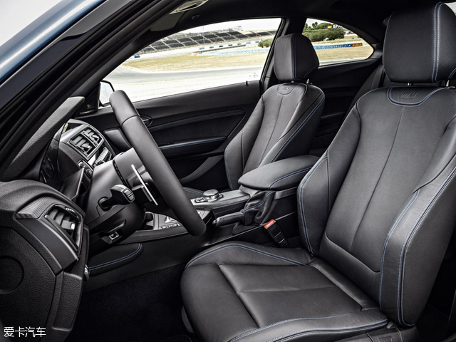 宝马M2:前排配备的运动型座椅,座垫宽大厚实,具有很好的舒适性,腰部包裹和腿部支撑都可以单独调节,整体表现也不错。